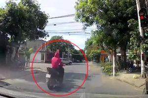 Vượt đèn đỏ, người phụ nữ đi xe máy bị ôtô đâm văng lên nắp capo