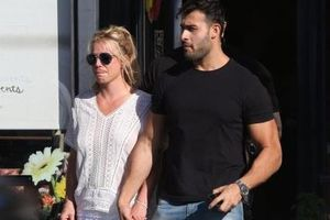 Britney Spears 'thả rông', tình tứ bên bạn trai kém 13 tuổi