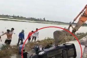Đám đông cứu người phụ nữ lái ôtô lao xuống mương ở Hải Phòng
