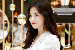 Song Hye Kyo vẫn vui vẻ dù bị chỉ trích ở quê nhà