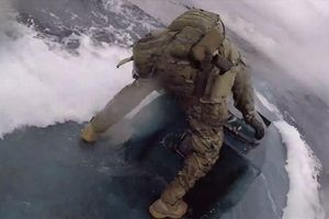 Thót tim cảnh tuần duyên Mỹ rượt đuổi tàu bán ngầm chở 17,69 tấn ma túy như phim hành động
