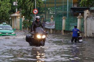 'Phố nhà giàu' Thảo Điền lại ngập nặng nhiều giờ sau cơn mưa cuối tuần