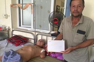 Trao hơn 43 triệu đến em Trần Duy Hào bị bỏng điện cụt cả cả hai tay