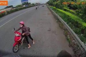 Người phụ nữ dắt xe máy ngược chiều trên quốc lộ và cái kết bẽ bàng