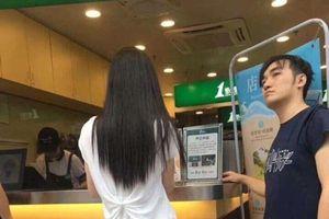 Cú lừa đến từ 'cô gái' đứng xếp hàng mua trà sữa: Phía sau mỹ nữ, phía trước hết hồn!