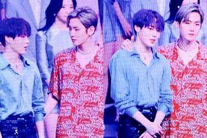 Fan 'rần rần' trước khoảnh khắc thân thiết của 'Mây đại vương' Sungwoon và Baekhyun (EXO) trên sân khấu Music Core