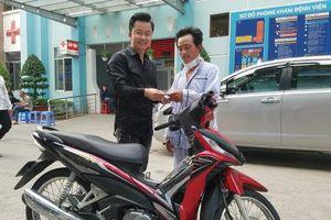 Tài xế Grab bị cứa cổ cướp tài sản ở Sài Gòn được tặng xe máy để mưu sinh