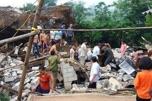 Tảng đá 200m3 bất ngờ đổ sập trúng 3 người ở khu dân cư