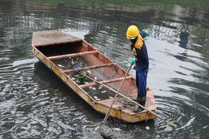 Công nhân môi trường hớt hả vớt cá chết trên sông Tô Lịch