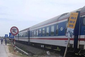 Hai mẹ con ở Nghệ An mắc kẹt ở đường sắt lúc tàu qua thoát chết hi hữu