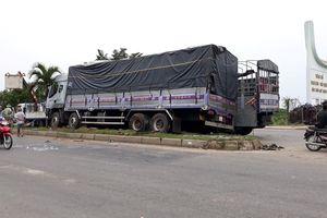Xe tải tông 2 người chờ sang đường, húc đổ trụ điện