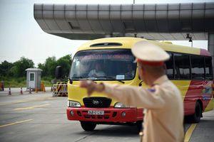 CSGT tổng kiểm tra phương tiện trên cao tốc