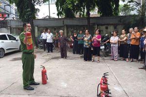Hàng trăm người dân Cổ Nhuế được tập huấn kỹ năng chữa cháy, cứu nạn