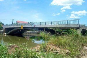 Cầu 32 tỷ đồng xây xong không có đường dẫn