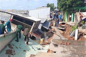 Sạt lở nghiêm trọng bờ sông Nha Mân, 5 ngôi nhà bị sụt, chìm xuống nước