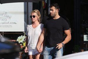 Britney Spears 'thả rông' xuống phố cùng bạn trai kém 13 tuổi