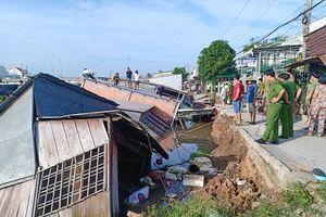 Đồng Tháp: Sạt lở kinh hoàng từ sáng sớm, 5 căn nhà bị cuốn trôi