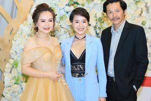 Dàn diễn viên 'Về nhà đi con' chúc mừng sự thành công của nữ diễn viên Hoàng Yến