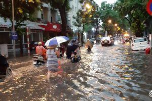 Mưa lớn dữ dội giờ tan tầm, nhiều tuyến phố Hà Nội bị ngập sâu