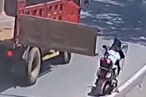 Bị cửa thùng xe tải đập ngang đầu, 2 mẹ con ngã sõng soài trên đường