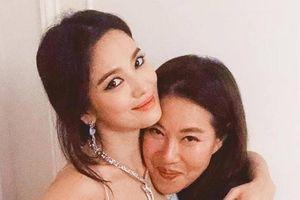 Chỉ mỉm cười sau khi ly hôn, Song Hye Kyo đã hứng rổ 'gạch đá'
