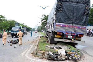 Xe tải tông 2 xe máy chờ qua đường, 1 người chết, 1 người nguy kịch