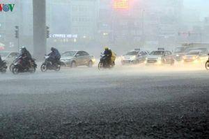 Mưa như trút vào giờ tan tầm, đường phố Hà Nội ngập sâu trong nước