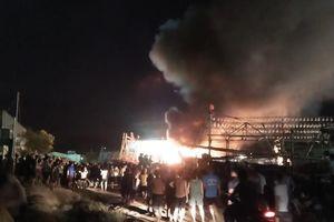 Tàu cá bốc cháy dữ dội khi đang neo tại cảng