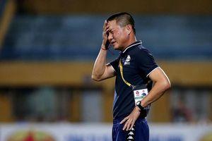 Lao vào sân định 'xử' trọng tài, HLV Hà Nội FC xin lỗi người hâm mộ