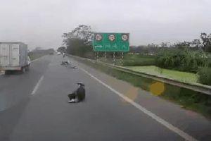 CLIP: Bị giật túi xách, cô gái ngã văng trên cao tốc, người dân phải bế vào lề đường