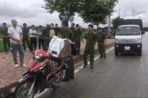 Lường Văn Hùng ngồi sau xe máy diễn tả lại hành vi phạm tội ở vụ sát hại nữ sinh giao gà