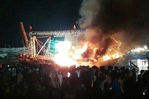 Tàu cá của ngư dân bốc cháy trong đêm, thiệt hại tiền tỷ