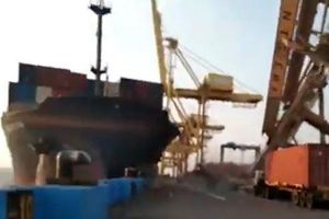 Cần trục khổng lồ đổ ụp xuống công nhân trên bến cảng ở Indonesia