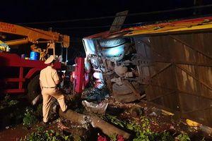 Hiện trường vụ lật xe khách làm một người chết, 10 người bị thương