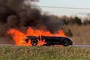 Chủ nhân chiếc Corvette Stingray Z51 bất lực đứng nhìn xe bốc cháy