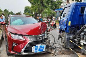 Lexus nát đầu sau cú tông trực diện xe bồn