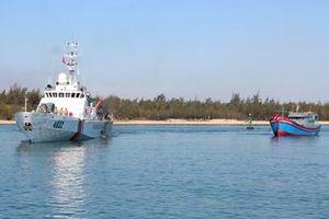 Bộ tư lệnh Vùng Cảnh sát biển 2 cứu hộ tàu cá cùng 6 ngư dân gặp nạn