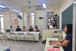 Giáo viên Hà Nội túc trực hỗ trợ phụ huynh nộp hồ sơ nhập học