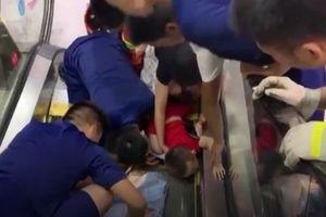 Bé 2 tuổi kẹt tay vào thang cuốn, đám đông hoảng hốt giải cứu