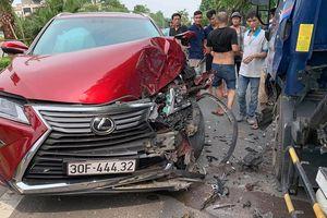 Xế hộp Lexus nát đầu, bung túi khí khi tông trực diện xe bồn chở nước