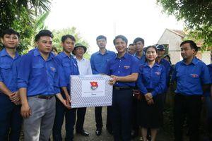 TW Đoàn thăm, tặng quà cho đội tình nguyện Hoa phượng đỏ, Hành quân xanh