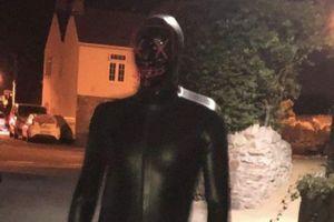 Người đàn ông đeo mặt nạ khiến dân làng ám ảnh