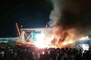 Nghệ An: Đang neo đậu tại bến, tàu cá hàng tỉ đồng bất ngờ bốc cháy dữ dội