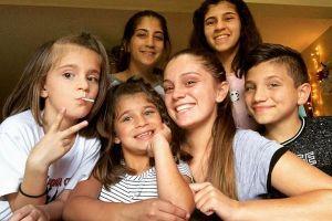 Cha mẹ qua đời vì ung thư, chị cả 20 tuổi một mình nuôi 5 em nhỏ