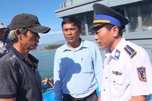 Cảnh sát biển lai dắt tàu và 6 ngư dân bị nạn vào bờ an toàn