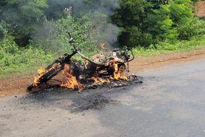 Đắk Lắk: Xe máy bốc cháy chưa rõ nguyên nhân khiến người đi đường hốt hoảng