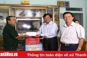 Đồng chí Võ Duy Sang tặng quà các gia đình chính sách tại huyện Cẩm Thủy và Vĩnh Lộc