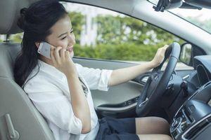 Sử dụng điện thoại khi lái xe có thể bị phạt tới 5 triệu đồng