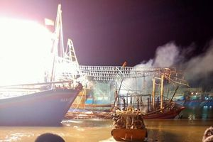 Tàu cá của ngư dân Nghệ An bốc cháy dữ dội khi đang neo đậu tại cảng
