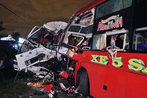 Xe khách đối đầu, 2 tài xế tử vong, 10 hành khách bị thương